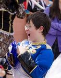 Cerveza-Sheva, ISRAEL - 5 de marzo de 2015: Muchacho en traje y gafas de sol azules del carnaval en la muchedumbre - Purim Imagenes de archivo