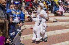 Cerveza-Sheva, ISRAEL - 5 de marzo de 2015: Muchacho en un traje blanco en una pila de caballos blancos Fotografía de archivo