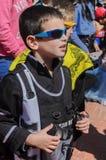Cerveza-Sheva, ISRAEL - 5 de marzo de 2015: Muchacho en un traje negro y las gafas de sol - Purim Fotos de archivo libres de regalías