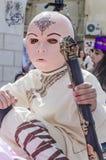 Cerveza-Sheva, ISRAEL - 5 de marzo de 2015: Muchacho en un traje y una máscara rosada de un budista del rostro humano - samurai - Imagen de archivo libre de regalías