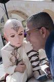 Cerveza-Sheva, ISRAEL - 5 de marzo de 2015: Muchacho en un traje y una máscara rosada de un samurai del rostro humano que se sien Imagenes de archivo