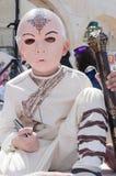 Cerveza-Sheva, ISRAEL - 5 de marzo de 2015: Muchacho en un traje y una máscara rosada de un samurai del rostro humano un teléfono Imagenes de archivo