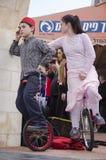 Cerveza-Sheva, ISRAEL - 5 de marzo de 2015: Muchacho y muchacha en un vestido rosado - antes del funcionamiento en las bicicletas Foto de archivo