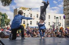 Cerveza-Sheva, ISRAEL - 5 de marzo de 2015: Muchachos adolescentes que bailan breakdancing en la etapa abierta Fotografía de archivo