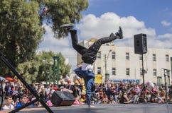 Cerveza-Sheva, ISRAEL - 5 de marzo de 2015: Muchachos adolescentes que bailan breakdancing en la etapa abierta - Purim en la ciud foto de archivo libre de regalías