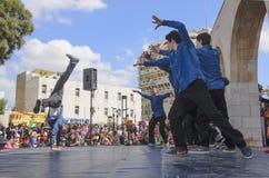 Cerveza-Sheva, ISRAEL - 5 de marzo de 2015: Muchachos adolescentes que bailan breakdancing en la etapa abierta - Purim en la ciud Imagen de archivo