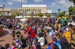 Cerveza-Sheva, ISRAEL - 5 de marzo de 2015: Niños en trajes del carnaval con sus padres en la calle en conmemoración de Purim Imagen de archivo libre de regalías
