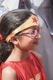 Cerveza-Sheva, ISRAEL - 5 de marzo de 2015: Retrato de la muchacha en rojo con vidrios que llevan del pelo oscuro y un vendaje en Fotografía de archivo