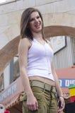 Cerveza-Sheva, ISRAEL - 5 de marzo de 2015: Retrato de la muchacha morena en una camiseta blanca y pantalones militares - Purim Fotos de archivo libres de regalías