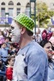 Cerveza-Sheva, ISRAEL - 5 de marzo de 2015: Retrato de un hombre con el gato en un sombrero verde - Purim del maquillaje Imágenes de archivo libres de regalías