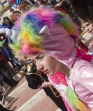 Cerveza-Sheva, ISRAEL - 5 de marzo de 2015: Retrato de una muchacha en un traje y un espolón del rosa del sombrero - Purim Fotografía de archivo