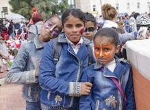 Cerveza-Sheva, ISRAEL - 5 de marzo de 2015: Tres adolescentes y un muchacho en dril de algodón se visten con maquillaje del carna Foto de archivo