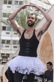 Cerveza-Sheva, ISRAEL - 5 de marzo de 2015: Un hombre en un tutú blanco en la etapa abierta - Purim Fotografía de archivo