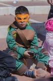 Cerveza-Sheva, ISRAEL - 5 de marzo de 2015: Un muchacho en una tortuga verde del ninja del traje en la máscara amarilla Fotografía de archivo libre de regalías