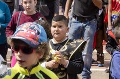 Cerveza-Sheva, ISRAEL - 5 de marzo de 2015: Un muchacho teenaged en trajes del carnaval en la muchedumbre - Purim Foto de archivo libre de regalías