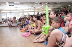 Cerveza-Sheva, ISRAEL - niños en el pasillo de la audiencia del verano con un espejo y globo el 25 de julio de 2015 Imagen de archivo libre de regalías