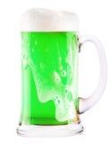 Cerveza verde aislada en un blanco imagen de archivo libre de regalías