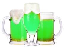 Cerveza verde aislada en un blanco imagen de archivo