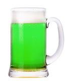 Cerveza verde aislada en un blanco fotos de archivo