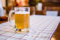 Cerveza y aguardiente alemanes imagen de archivo libre de regalías
