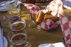 Cerveza y aperitivo Fotos de archivo libres de regalías