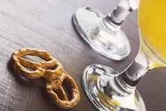 Cerveza y aperitivo rústicos del estilo en la barra Imágenes de archivo libres de regalías