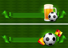 Cerveza y balón de fútbol Fotos de archivo libres de regalías