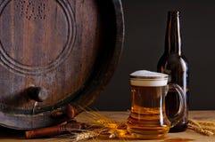 Cerveza y barril de madera Imagen de archivo libre de regalías