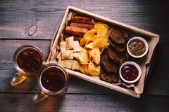 Cerveza y bocados Alimento de Oktoberfest Aperitivos fijados fotos de archivo libres de regalías