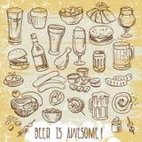 Cerveza y bocados incompletos Foto de archivo libre de regalías