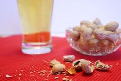Cerveza y cacahuetes foto de archivo