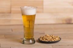 Cerveza y cacahuetes Imagen de archivo libre de regalías