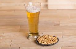 Cerveza y cacahuetes Fotografía de archivo