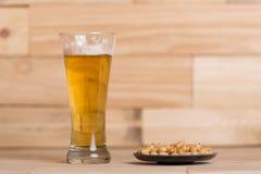 Cerveza y cacahuetes Imagen de archivo