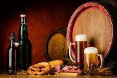 Cerveza y comida en fondo rústico Fotografía de archivo