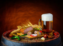 Cerveza y comida rústica Imagenes de archivo