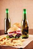 Cerveza y hamburguesas Fotografía de archivo