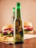 Cerveza y hamburguesas Fotografía de archivo libre de regalías