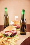 Cerveza y hamburguesas Fotos de archivo