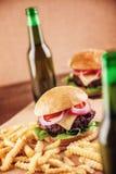 Cerveza y hamburguesas Imagen de archivo libre de regalías