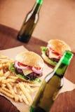 Cerveza y hamburguesas Imágenes de archivo libres de regalías