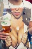 Cerveza y mujer Imagen de archivo