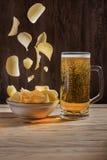 Cerveza y patatas a la inglesa Imágenes de archivo libres de regalías