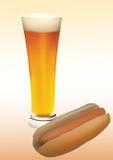 Cerveza y perrito caliente Imagen de archivo libre de regalías
