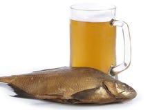 Cerveza y pescados Imágenes de archivo libres de regalías