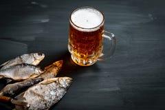 Cerveza y pescados secados Bocado ruso Visi?n superior fotografía de archivo