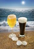Cerveza y playa Foto de archivo