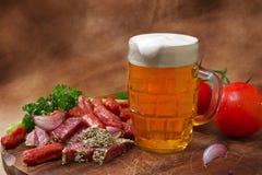 Cerveza y salami Foto de archivo