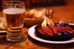 Cerveza y salchichas fritas foto de archivo