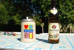 Cerveza y taza de Oktoberfest en una tabla imagen de archivo libre de regalías